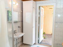 Pesuhuonetta ja ovi takapihalle