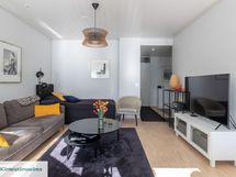 Vaalean sävyiset pinnat uusittu seiniä, sisäkattoja ja lattioita myöden