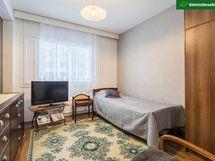 Toisen makuuhuoneen yhteydessä on vaatehuone.