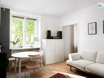 Näkymä avokeittiö/ olohuone yhdistelmästä pihalle on vehreä.