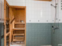 Pesuhuoneessa käytännöllisesti kaksi suihkua