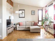 Olohuone jossa huonekorkeutta ja valoisuutta.
