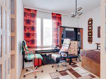 Makuuhuone, josta on käynti vaatehuoneeseen.