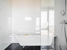 Kylpyhuoneessa myös amme