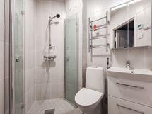 Uusittu, moderni kylpyhuone