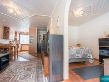 Olohuone ja makuuhuoneen erottaa holvikaarinen oviaukko
