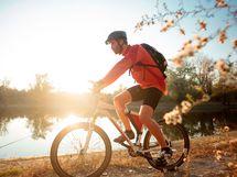 Kaupungin keskustaan hurautat autolla noin viidessä minuutissa tai pyöräilet noin kymmenessä minuutissa, matkaa on alle kolme kilometriä.