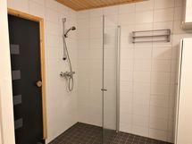 saunan yhteydessä tilava kylpyhuone, jossa myös allas ja pesukoneelle liitäntä