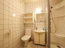 Kokonaan laatoitettu kylpyhuone