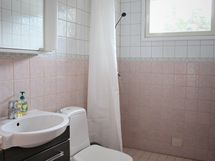 suihkullinen wc aulatilassa