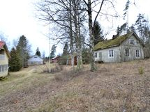 Vanha talo yläpihalla purkukunnossa