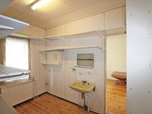 makuuhuoneiden välissä vaatehuone/pyykkihuoltotila