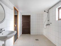 Kellarikerroksessa kylpyhuone ja sauna