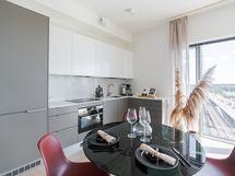 Loiston malliasunto A40 2h+kt 52,0 m2 + viherh.4,5 m2: keittiötila ja ikkunasta näkyy Itäväylä