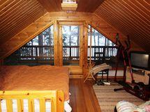 Yläkerran makuuhuone ja parveke