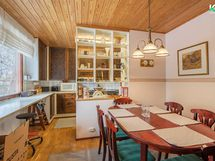 Keittiö ja ruokailutila on jaettu kevytrakenteisella kaapistolla