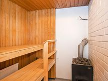 Puulämmitteinen sauna.