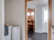 Kodinhoitohuoneen kautta kulku peseytymistiloihin