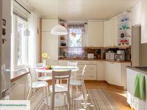 Valoisa ja nätti keittiö