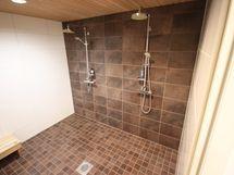 Tilava kylpyhuone sadesuihkuin