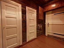Eteinen, josta käynnit jakautuvat eri huoneisiin. Kauniit ovet luovat tunnelmaa.