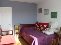 Asunnon 2. makuuhuoneessa on vaatehuone.