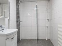 Tilava remontoitu kylpyhuone