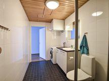 Pesuhuone saunan ovelta kuvattuna