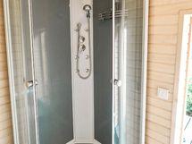 Pihasaunan pesuhuoneessa suihku ja lattialämmitys