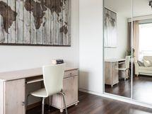 Makuuhuone no2 - 4-ovinen liukuovikaapisto, joissa 2.peili