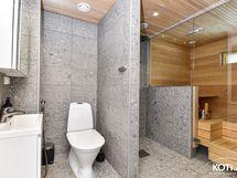 pesutilassa kaksi suihkua, kauniit materiaalivalinnat