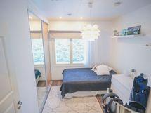 Makuuhuoneen liukuovien takana vaatehuone