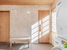 Pesuhuoneesta kulku tekniseentilaan (vasen) ja saunaan (oikea).