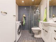 Kylpyhuoneessa pesukoneliitäntä ja lattialämmitys