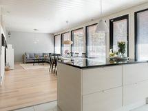 Keittiö ja olohuon yhtenäistä tilaa