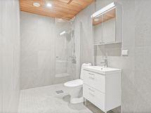 Tilava ja laadukkaasti varusteltu kylpyhuone