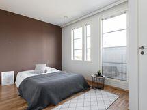 Yläkerran makuuhuone, jossa ransk.parv. ja vh