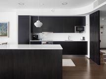 Moderni, hyvinvarusteltu keittiö
