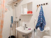 Keskikerroksessa kylpyhuone/wc