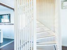 portaan keskikerroksesta yläkertaan