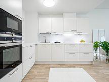 Tyylikäs vaalea keittiö, laadukkaat kodinkoneet