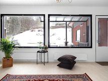 Olohuoneessa isot ikkunat ja käynti omalle suojaisalle pihalle