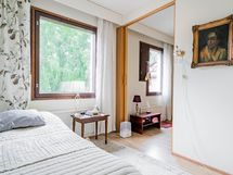 Kaksi vierekkäistä ja yhdistettyä makuuhuonetta