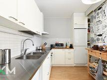 Kokonaan uusittu keittiö koneineen