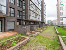 Kuva 8/2020 valmistuneen talon julkisivusta ja asuntopihasta