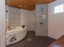 Kylpyhuoneessa spa-tunnelmaa
