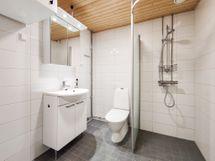 Kylpyhuoneeseen mahdutat hyvin pyykinpesukoneen helpottamaan arkea.