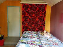 Makuuhuonetta portaiden päässä, läpikulku toiseen makuuhuoneeseen
