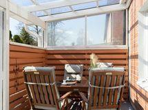 Aurinkoinen katettu terassi