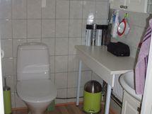 Erillinen wc, jossa kaksi seinäkaapistoa.
